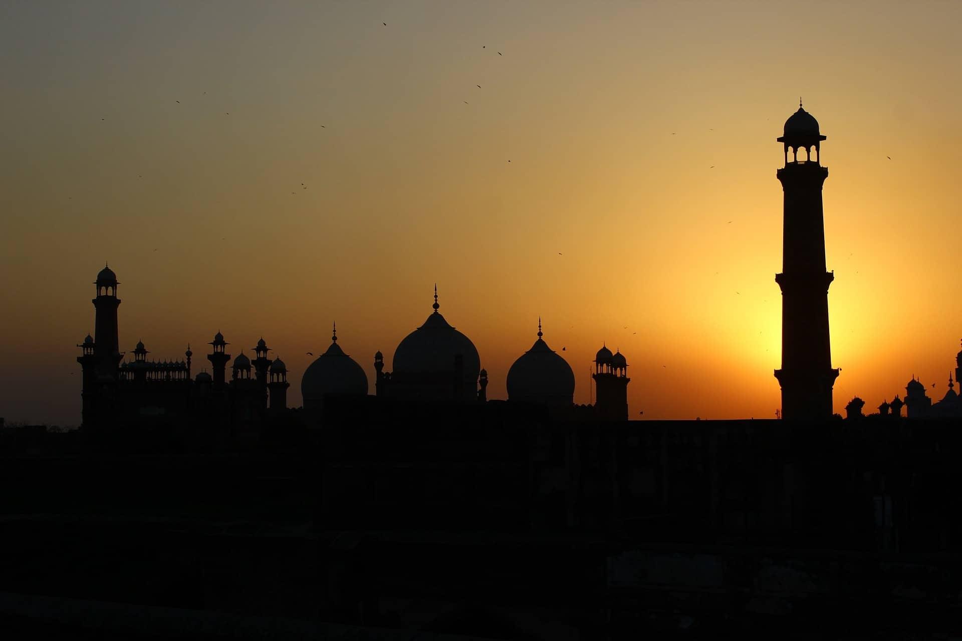 Pakistanilainen ilta-aurinko, minareetin siluetti