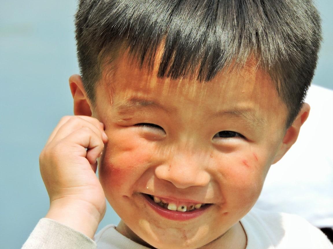 Pohjoiskorealainen poika hymyilee