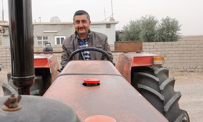 Irakilainen mies Massey Fergusonin penkillä