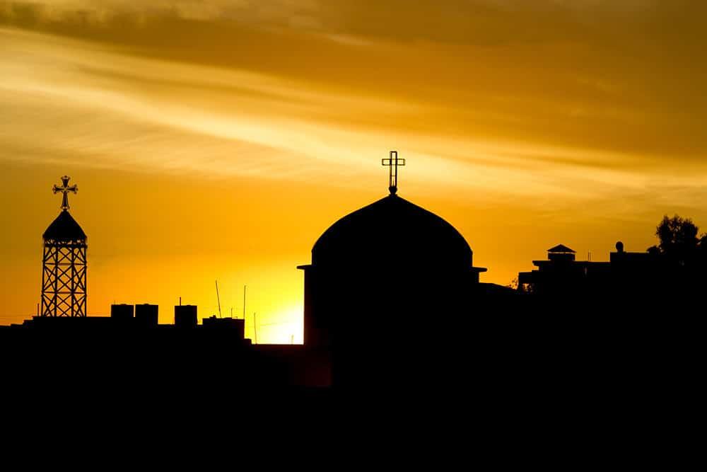 Irakilaista kaupunkisiluettia ristein