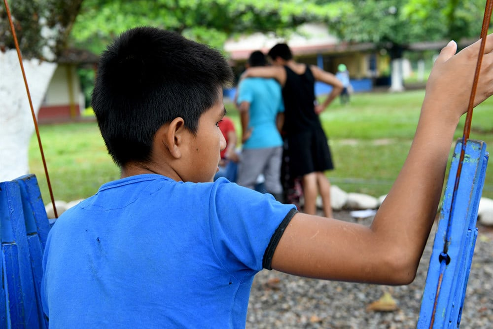 Kolumbialainen kristitty nuori istumassa puistossa