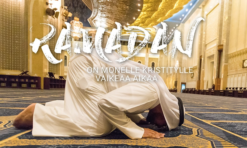 Muslimi kumartuneena rukoukseen moskeijassa