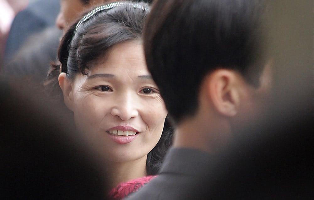 Pohjoiskorealainen nainen väkijoukossa