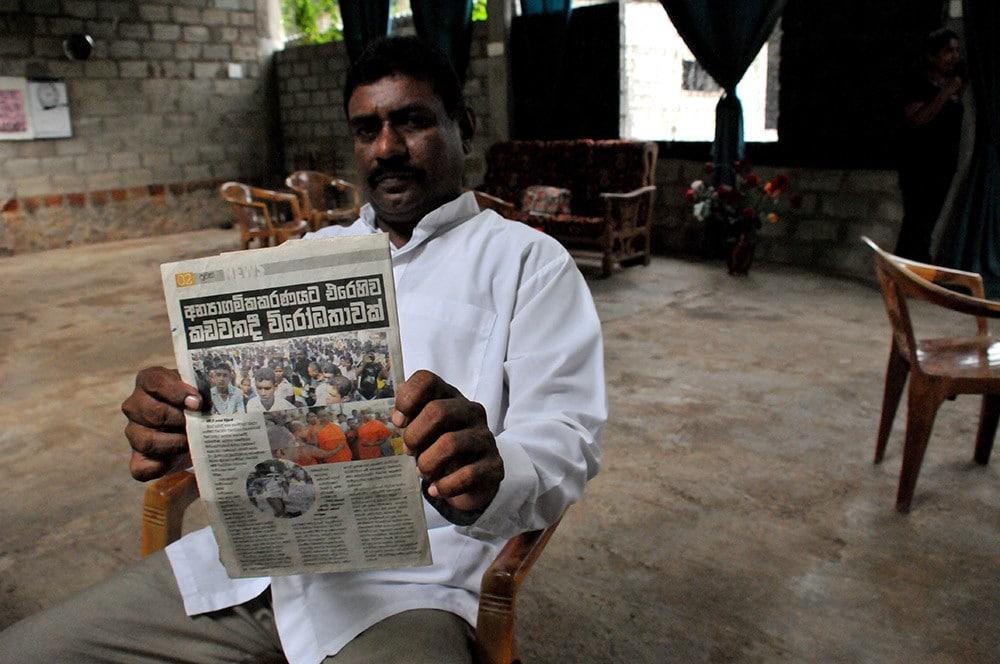 Srilankalainen mies lukee sanomalehteä