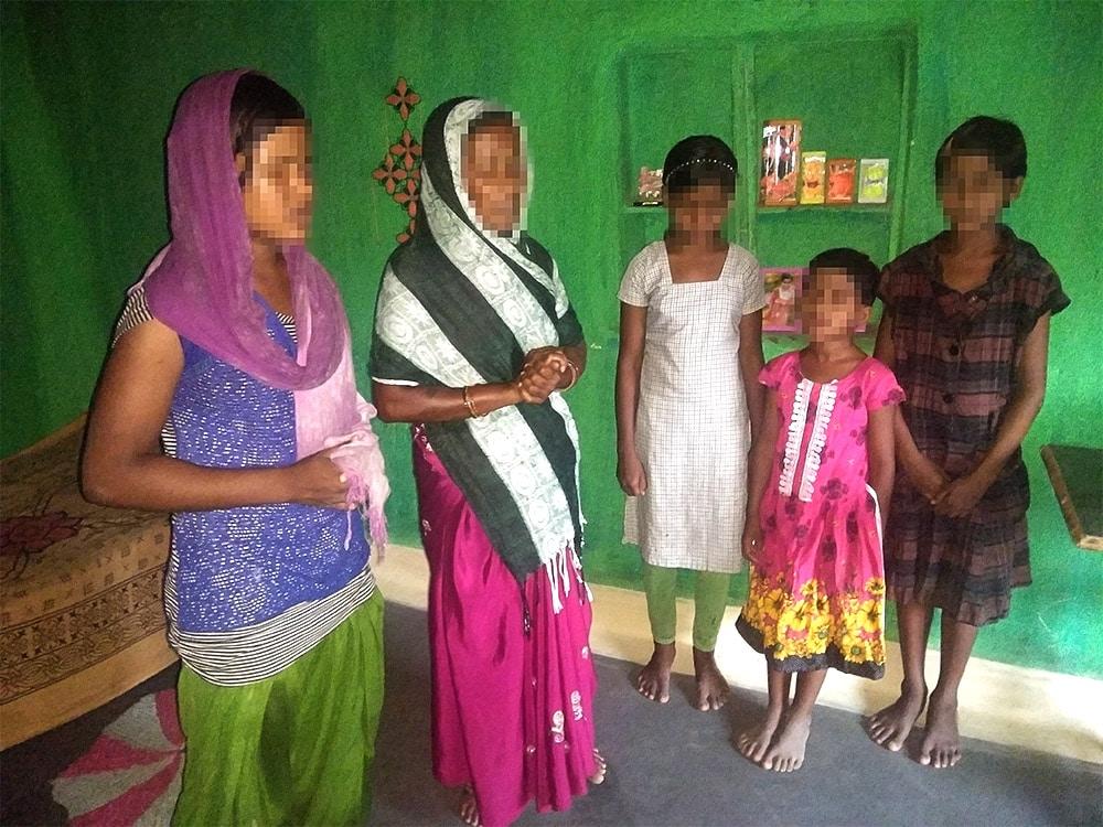 Intialainen kristitty perhe rukoilee tapetun tyttärensä puolesta