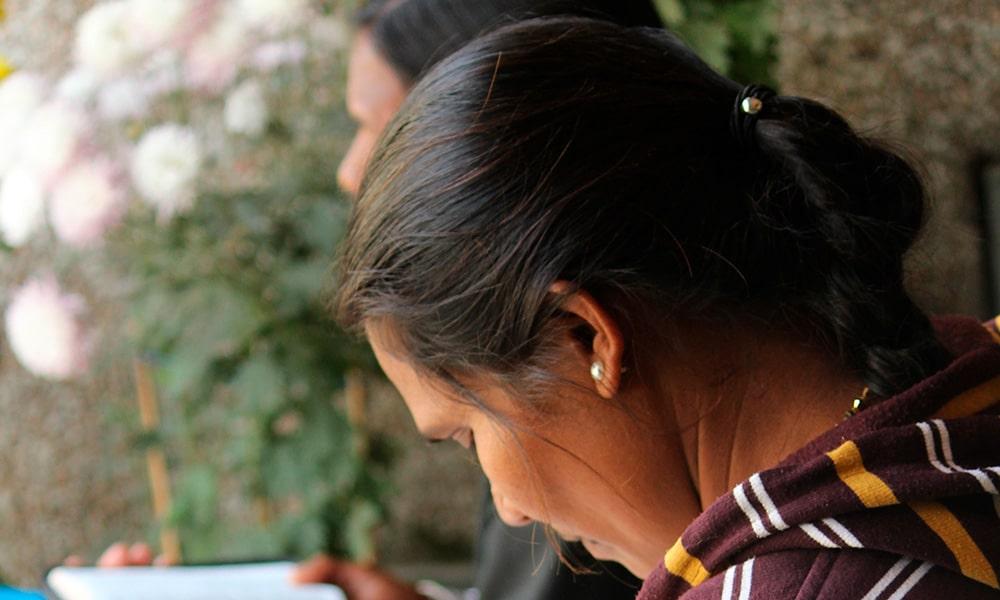 Meena ja Sunita lukemassa Raamattua