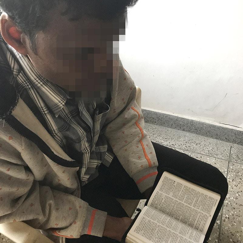 Intialainen kristitty lukee Raamattua