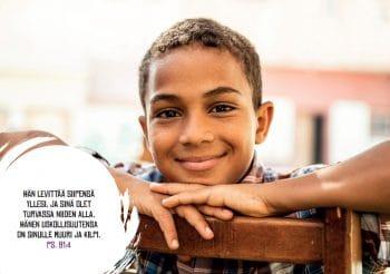 Kalenteri 2020 kuva 1 poika hymyilee