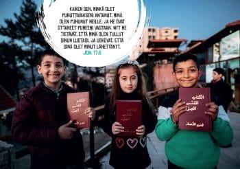 Kalenteri 2020 kuva 3 lapsia raamatut kädessä