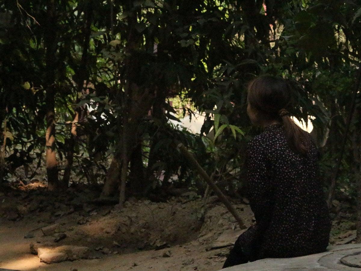 Intialainen kristitty nainen katsoo kasvillisuutta kohti