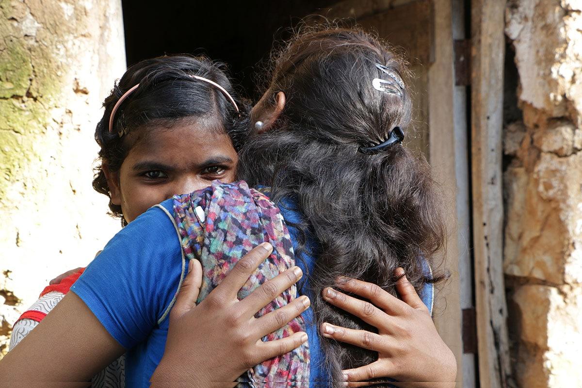 Kaksi intialaista naista halaa