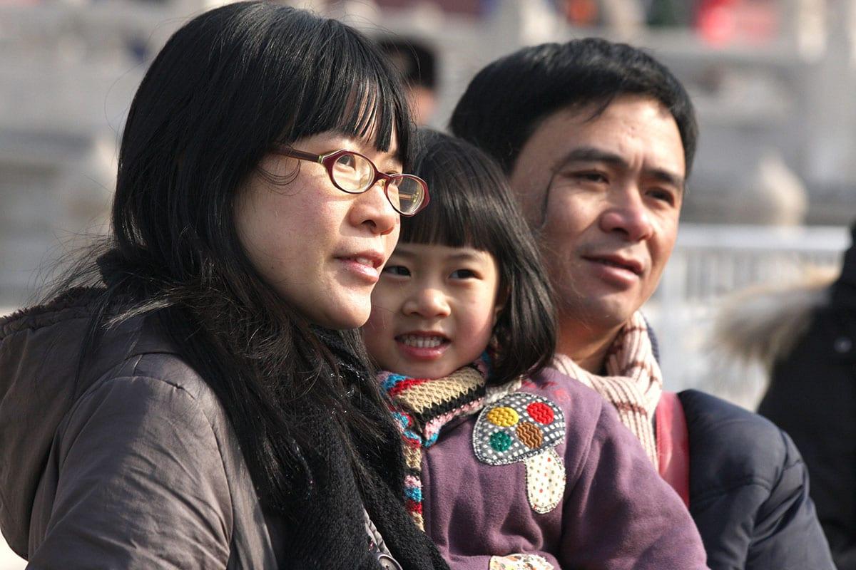 Kiinalainen perhe yhdessä kaupunkiympäristössä