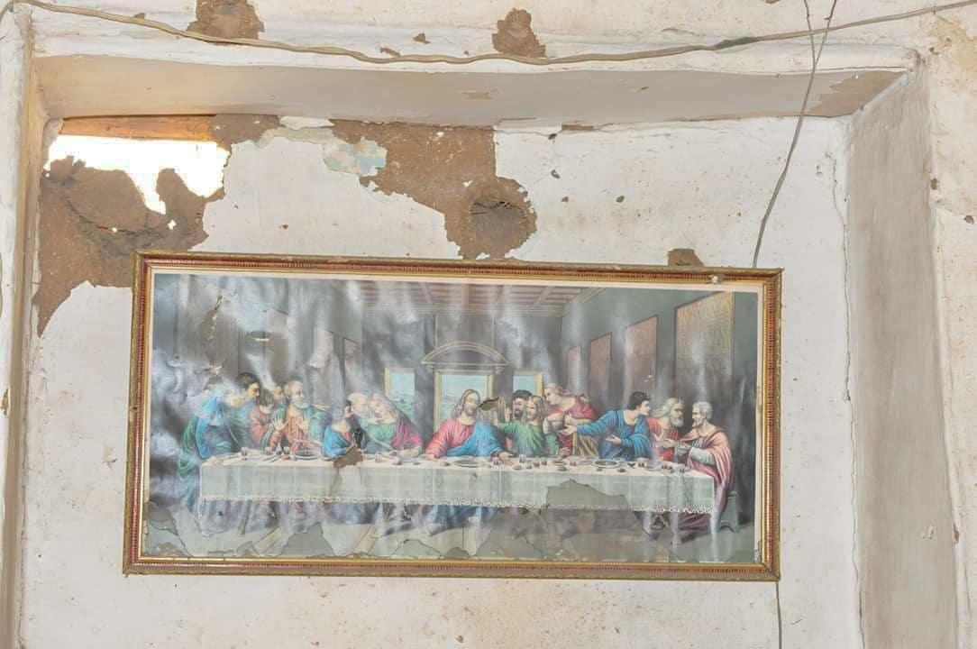 Viimeinen ateria -taulu rikkonaisen rakennuksen seinällä