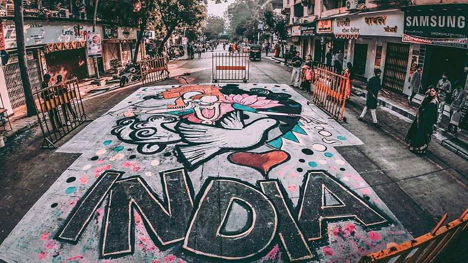 Katukuvaa Intiasta, suuri graffiti maalattuna katuun