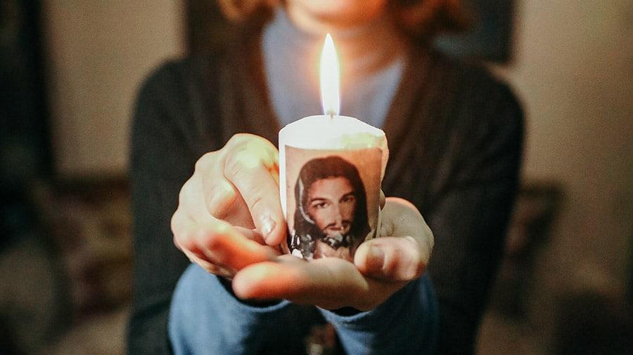 Syyrialainen kristitty Jina pitelee kädessään kynttilää