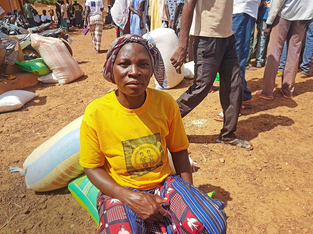 Open Doorsin kautta ruoka-apua saanut kristitty nainen Burkina Fasosta.