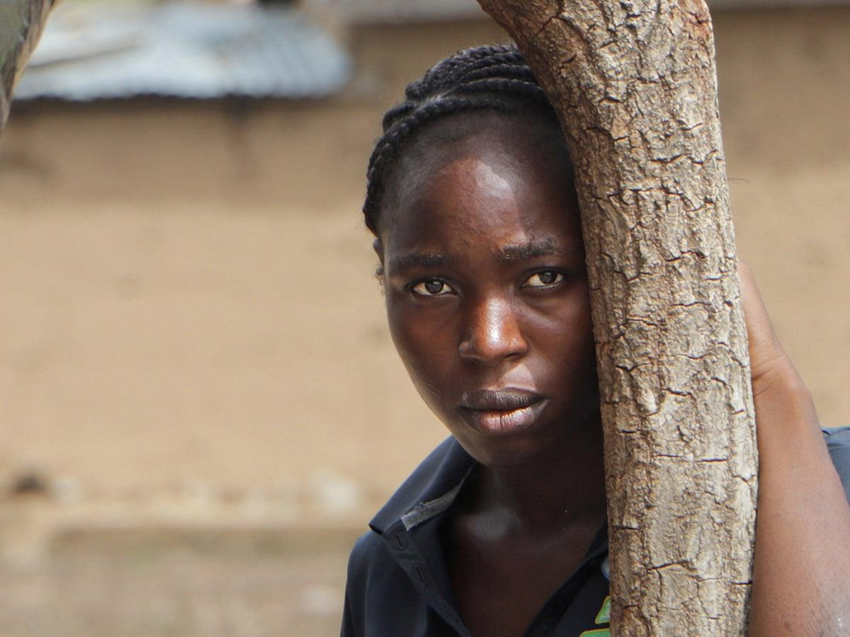Nigerialainen kristitty nainen katsoo kameraan