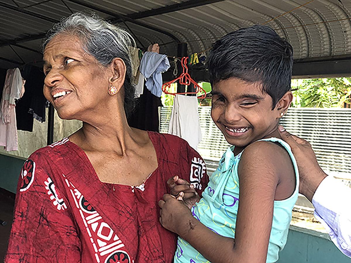 Srilankalainen iskussa sokeutunut lapsi hymyilee