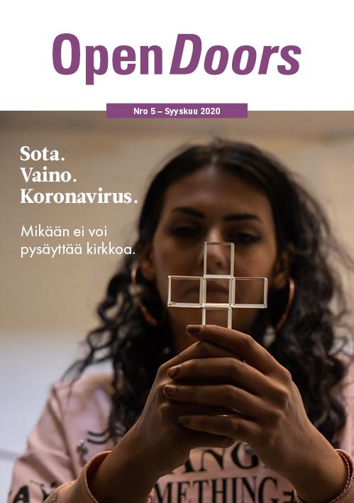 Open Doors Finland ryn ilmaislehden kansikuva, jossa kristitty tyttö pitelee ristiä