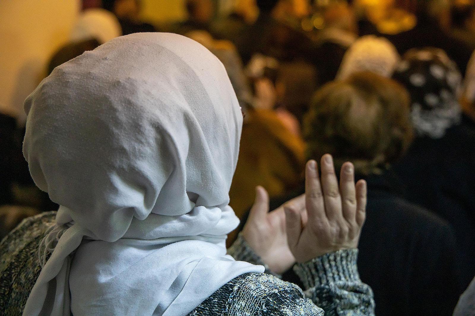 Syyrialainen muslimitaustainen kristitty kasvot poispain kamerasta
