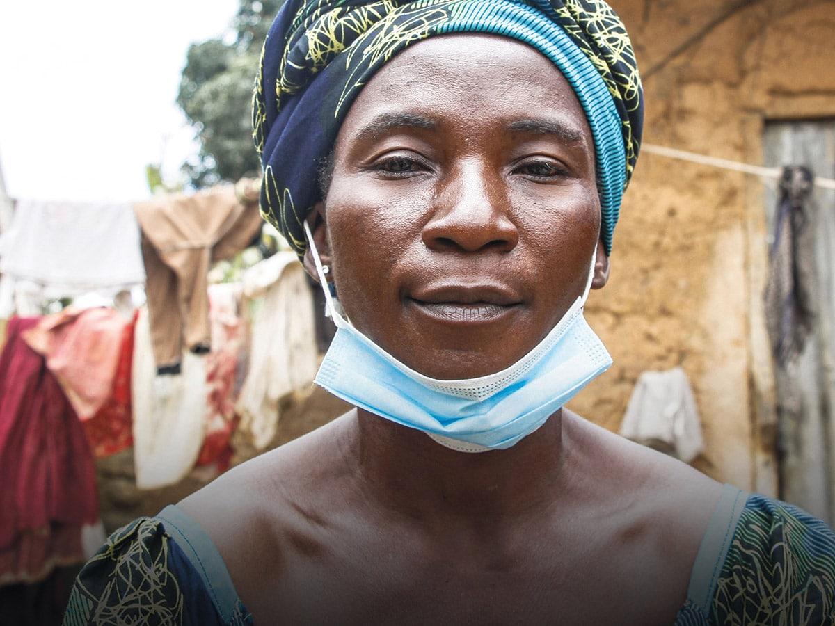 Nigerialainen nainen koronaviruspandemian vuoksi maski paallaan