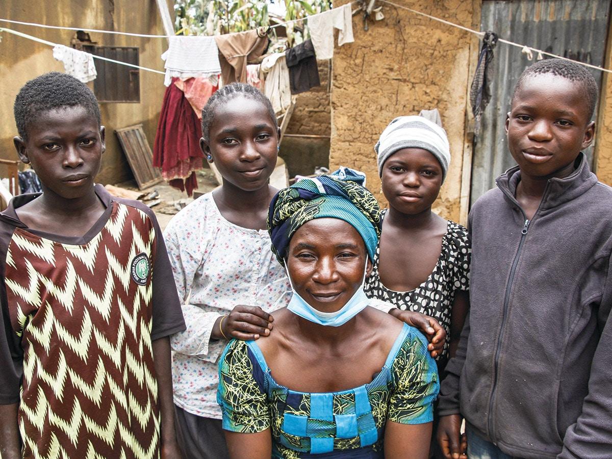 Teidän tukenne ansiosta Hajaratu rakentaa nyt uudelleen elämäänsä kylässään neljän selvinneen lapsensa kanssa.
