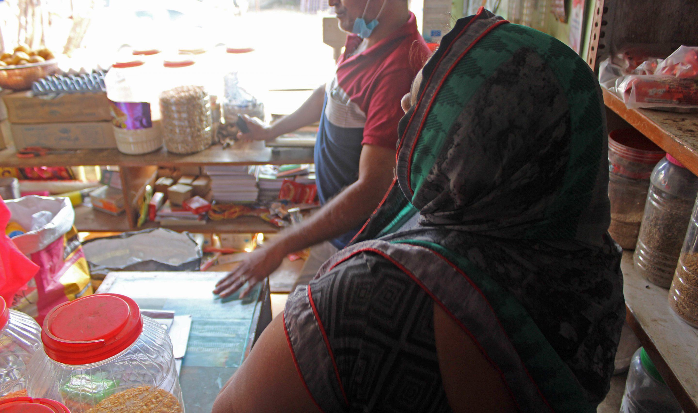 Sinun rukoustesi ja lahjoitustesi avulla Praveen ja Shanti ovat voineet avata pienen kaupan, jonka tuloilla he voivat elättää perheensä. Shanti kertoo olevansa erittäin kiitollinen ystävällisestä avusta.