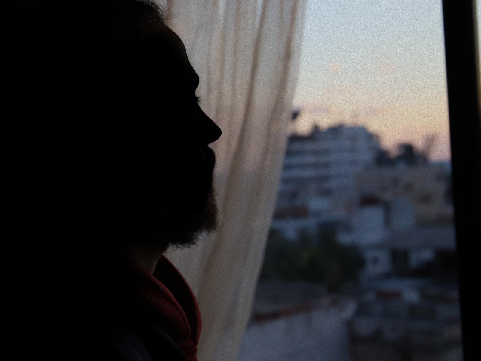 Anwar katsoo ikkunasta
