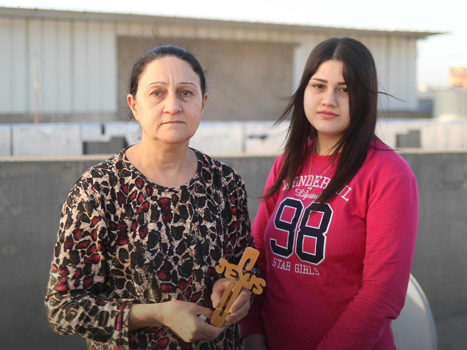 Irakilainen aiti tyttarensa kanssa